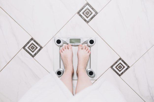 Obsessão com a balança e fazer tudo por conta própria! Nutricionista explica como isso pode atrapalhar o seu emagrecimento e/ou sua saúde.