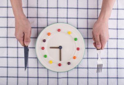 Nutricionista Aline Lamarco explica a importância de não pular refeições e os riscos de exagerar na atividade física. Nutricionista Esportiva Alphaville.