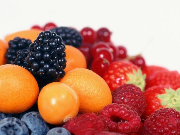 Se consumidas em excesso, as frutas podem aumentar o ganho de peso. Nutricionista Aline Lamarco explica mais sobre o assunto.