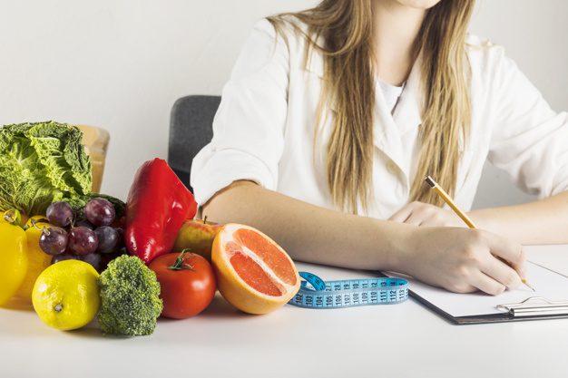 Qual diferença entre nutricionista e nutrólogo? Nutricionista Aline Lamarco explica.